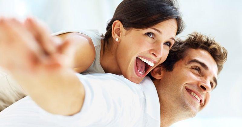8. Pasangan bahagia menunjukan kasih sayang