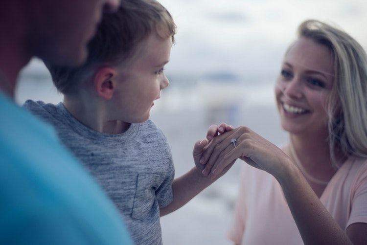 Ajarkan Anak Berbagi Sejak Dini ya, Ma