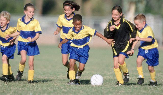 Manfaat Bermain Sepak Bola Bagi Anak Popmama Com