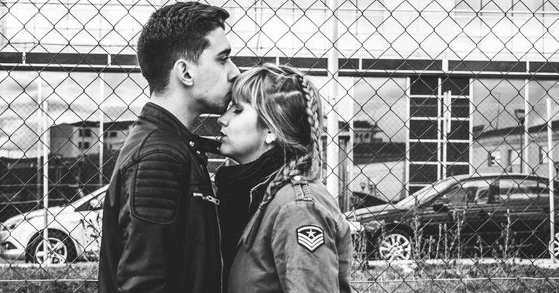 7. Bencilah atau cintai, pasangan kamu harus memulai berpelukan terlebih dulu