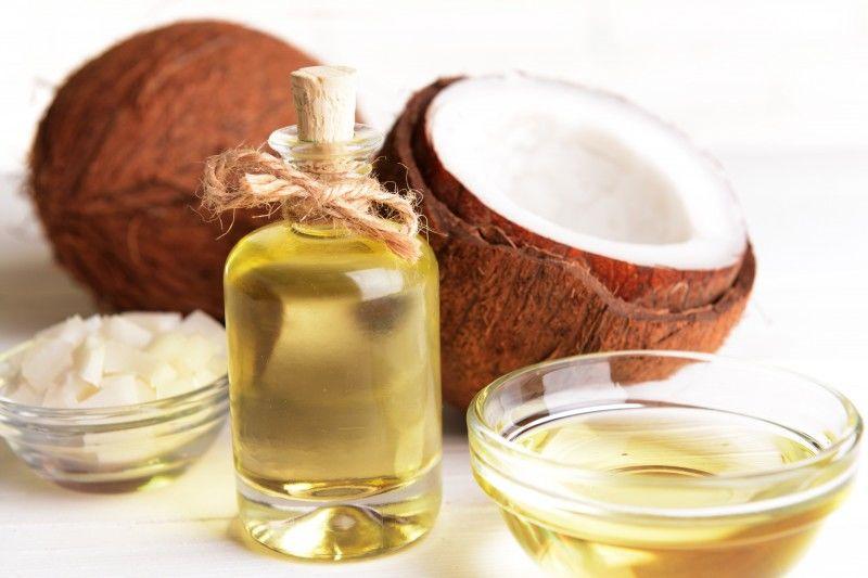7. Minyak kelapa mengandung asam lemak bisa tembus ke dalam batang rambut