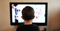 7 Alasan Mama Harus Membatasi Waktu Anak Menonton TV
