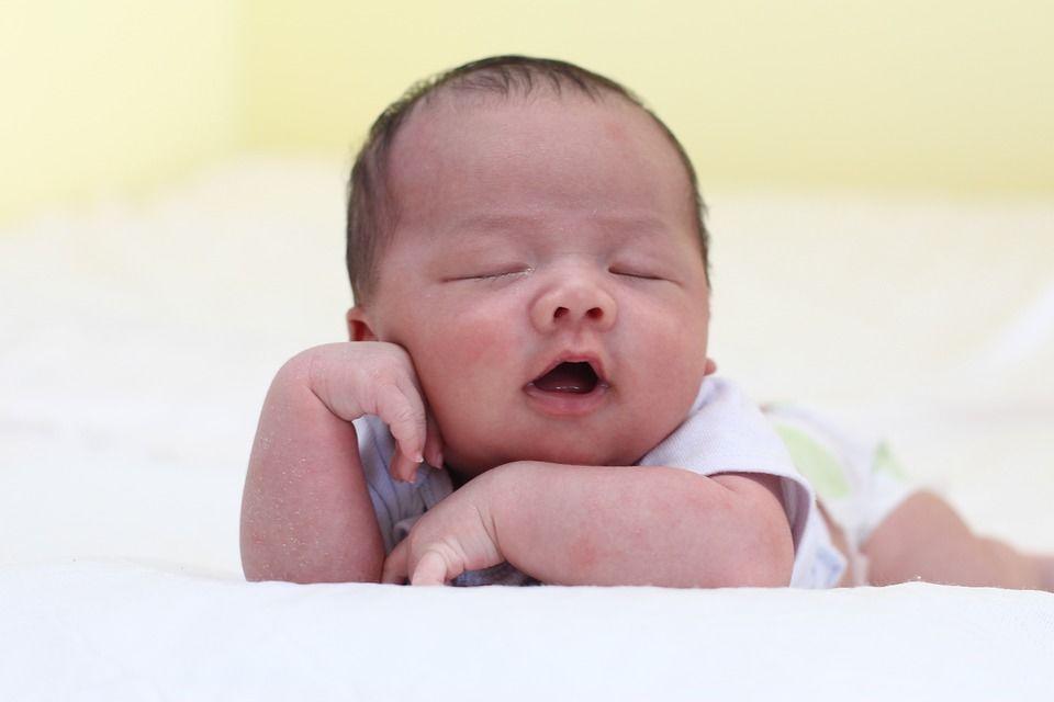 1. Tidur tengkurap meningkatkan risiko bayi meninggal