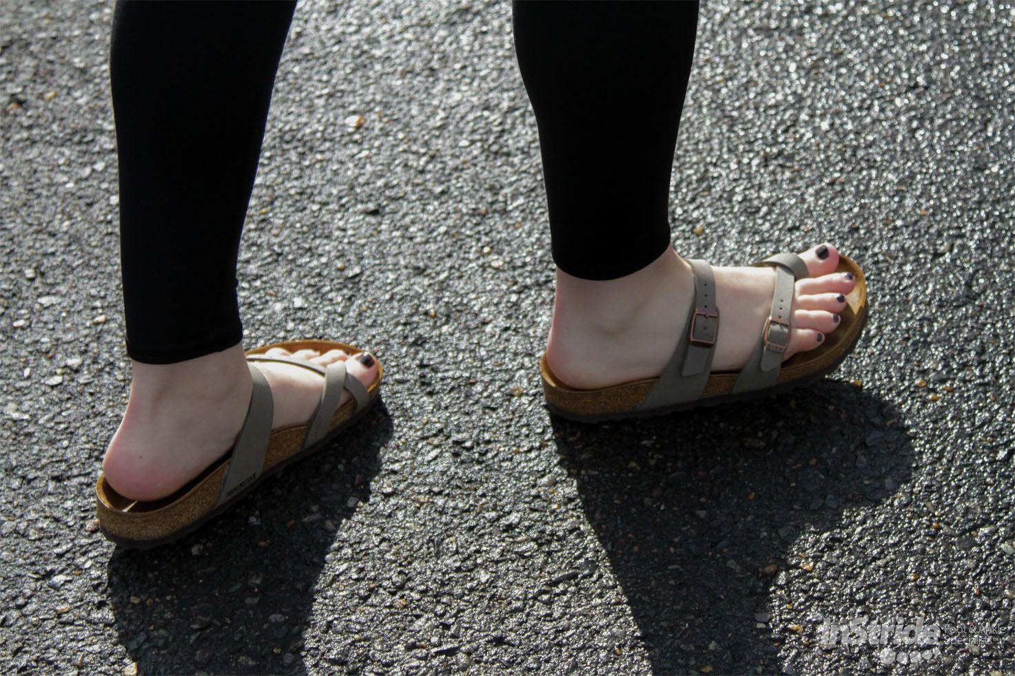 1. Mengoleskan foot cream