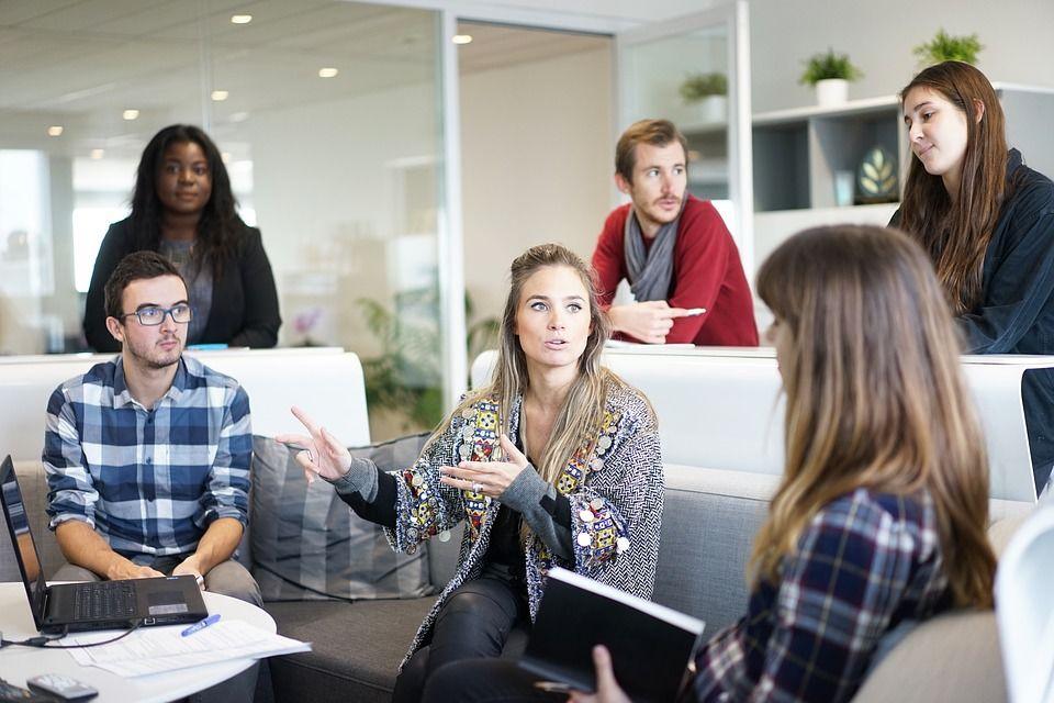 4. Tetap menjalin hubungan rekan kerja