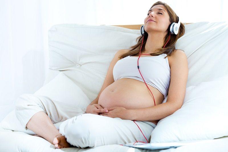 Ingin Rileks Saat Persalinan Yuk Coba Dengarkan Musik