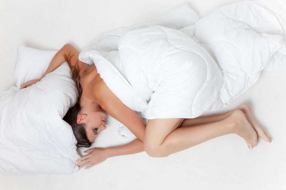 1. Menggunakan celana dalam saat tidur