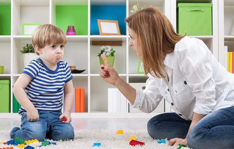 2. Marah atau emosi ketika anak berbuat kesalahan