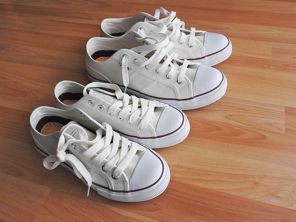 2. Gunakan warna hitam atau putih alas kaki