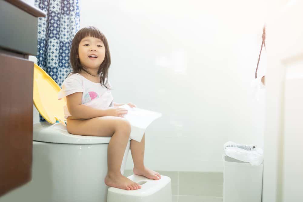 2. Melatih si Kecil toilet training