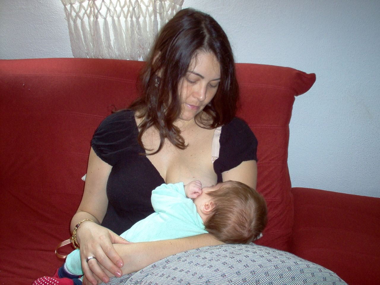 4. Bantu Mama memulai menyusui bayi setelah melahirkan