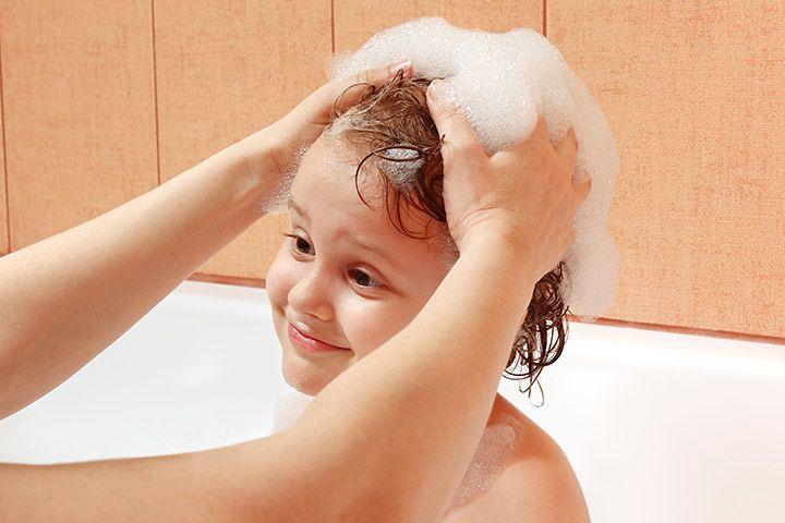 4. Gunakan sampo ketombe khusus anak