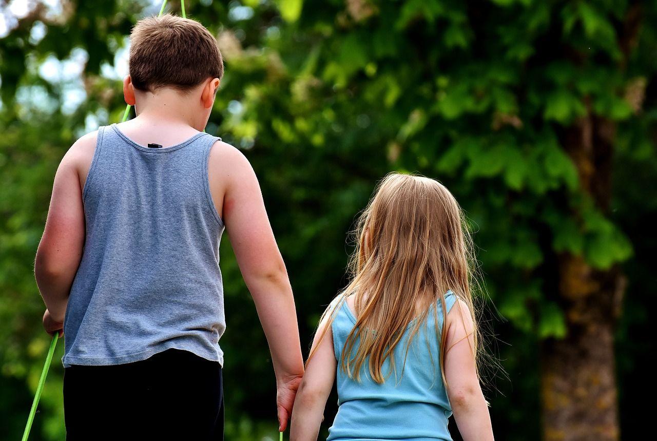 2. Peran kakak sama seperti orangtua bagi si adik