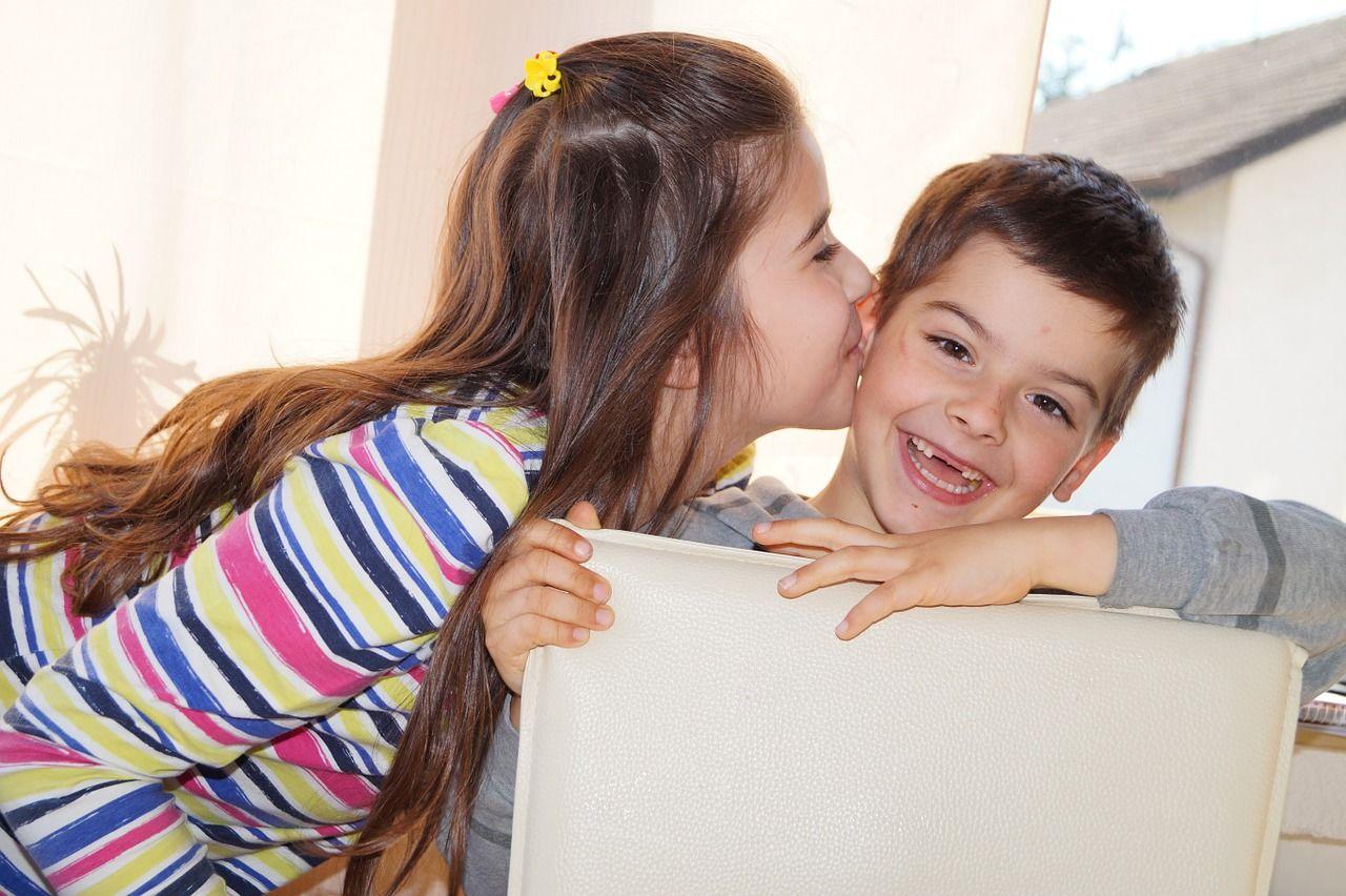 6. Adik belajar dewasa lewat sang kakak