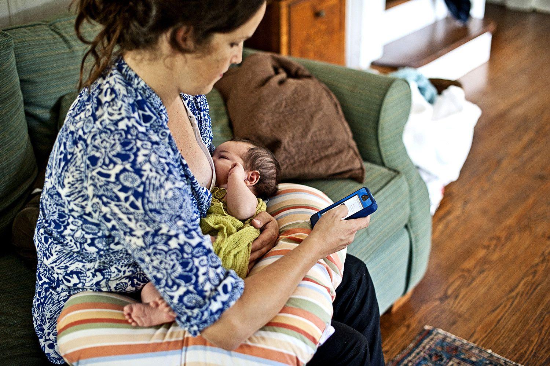 5. Tidak fokus ke bayi selama menyusui