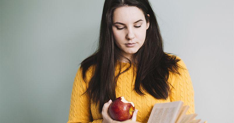 1. Makan apel merah rasa manis menjadi sebuah tanda bahwa proses kehamilan akan selalu lancar