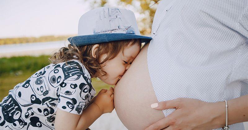 7 Cara Memperkenalkan Si Kakak Kehamilan Mama