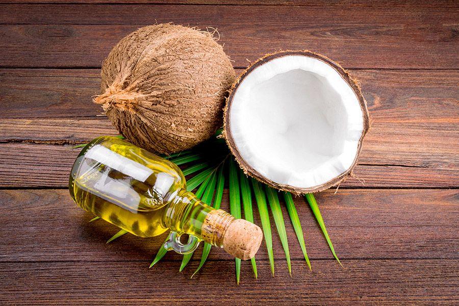 4. Manfaatkan minyak kelapa menghilangkan ketombe