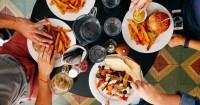 1. Nggak semua makanan harus dihidangkan saat buka puasa