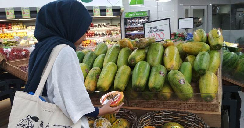 8. Makan buah banyak mengandung air
