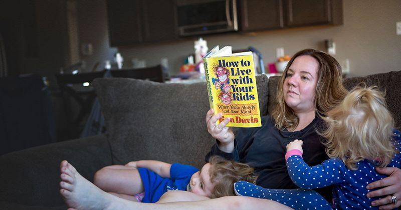 13. Baca buku saat anak-anak tenang