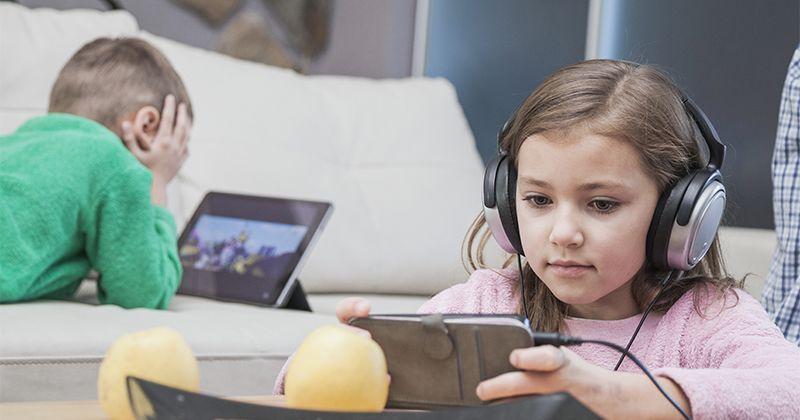 5. Mengajarkan anak menggunakan gadget sesuai fungsinya