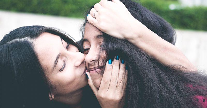 1. Mencium anak