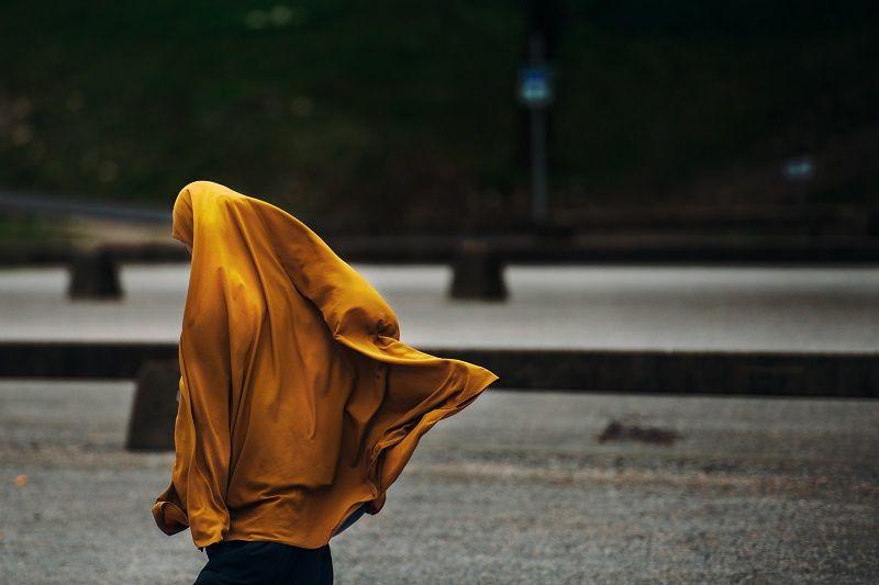 6. Pilih bahan hijab mudah menyerap keringat