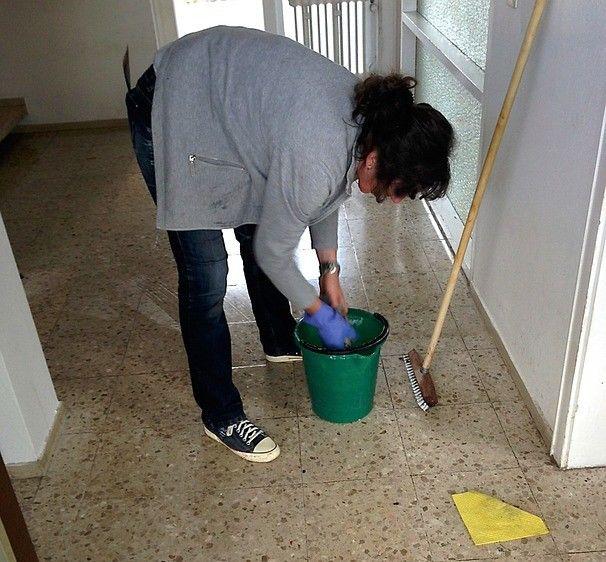 5. Menggunakan cat tembok spotless
