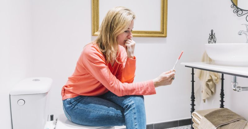5. Tunggu beberapa waktu saat alat tes kehamilan bekerja