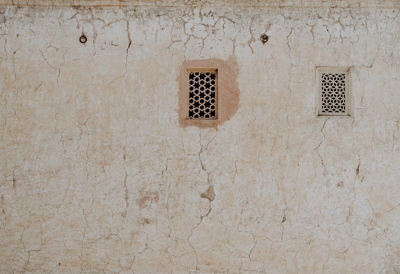 4. Menyembunyikan lubang dinding