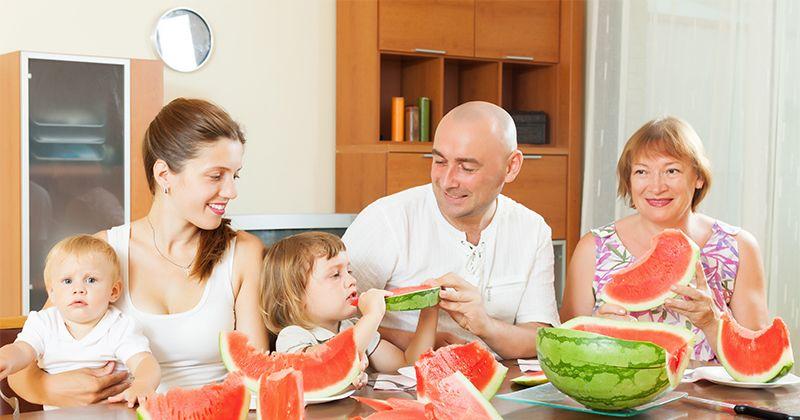 3. Biasakan makan bersama keluarga