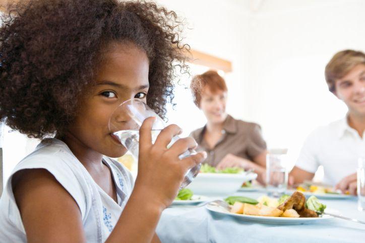 1. Membantu anak minum air putih lebih banyak