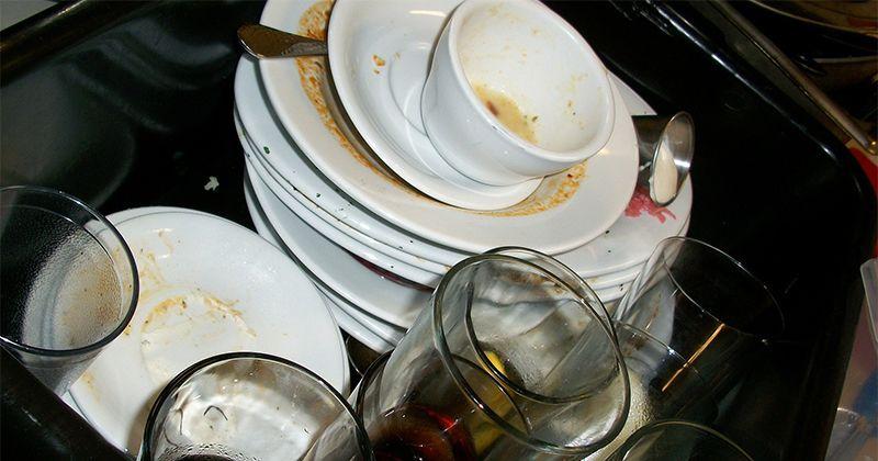 2. Membersihkan peralatan dapur