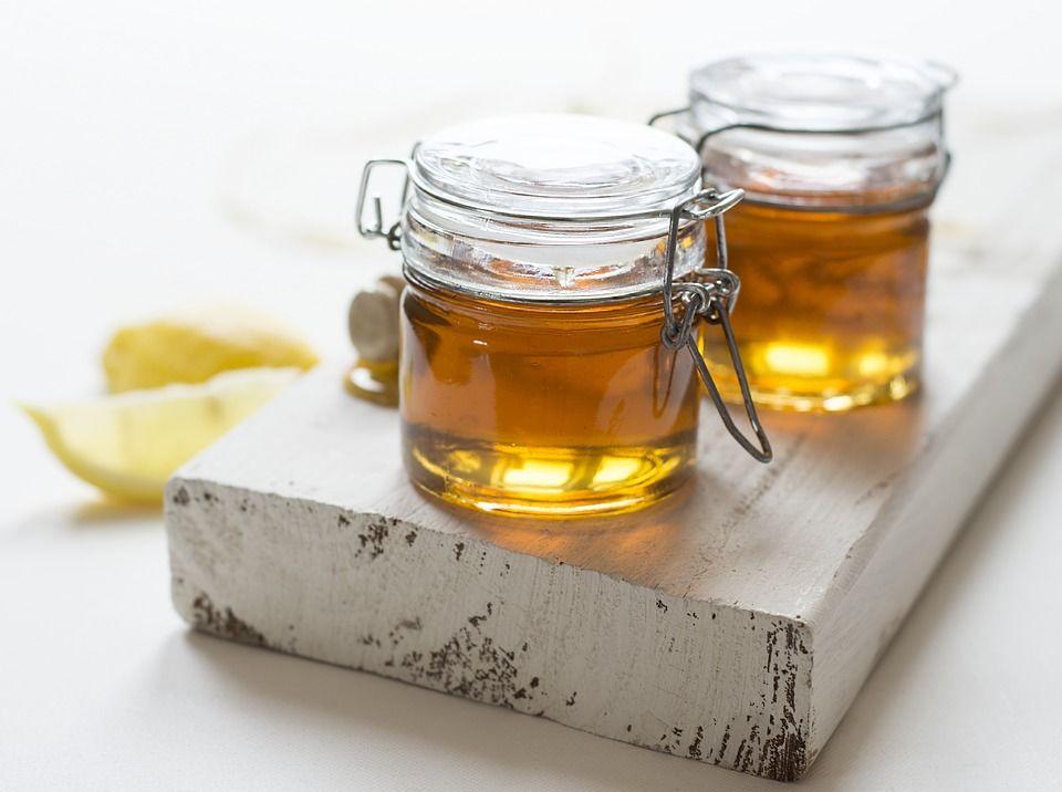 1. Lemon, madu, gula dianggap ampuh basmi komedo