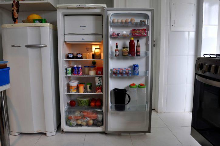 7. Bagian belakang lemari es