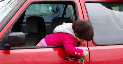 Waspada! Kecelakaan yang Mungkin Terjadi Jika Anak Sendirian di Mobil