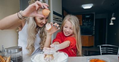 7 Manfaat Dirasakan Anak saat Diajak Memasak Bersama