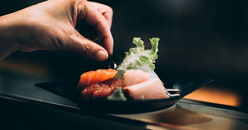 2. Makanan laut mentah atau dimasak setengah matang