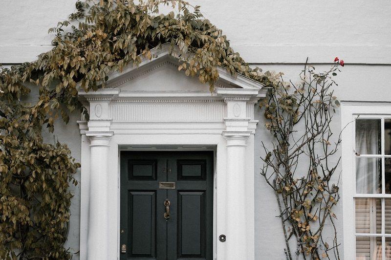 5 Rekomendasi Warna Pintu Rumah Terbaik Menurut Feng Shui