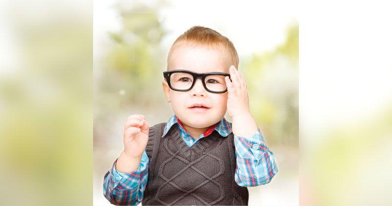 2. Ajari melepas kacamata benar