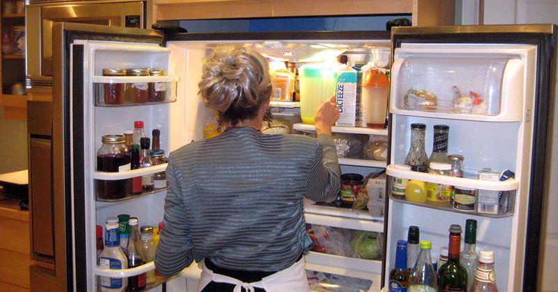 6. Membersihkan kulkas secara teratur