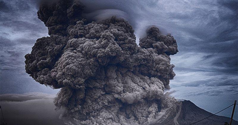 1. Muncul dukhan atau asap Timur Barat
