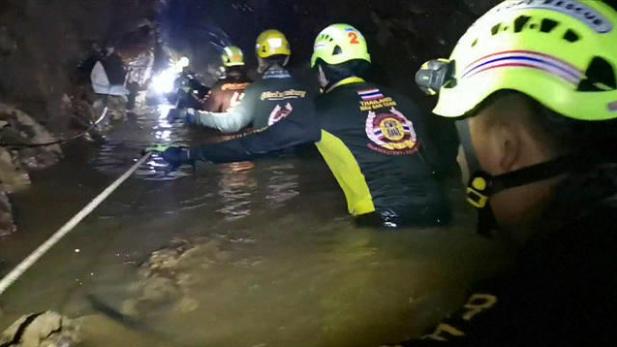 2. Bertahan dari air menetes bebatuan gua
