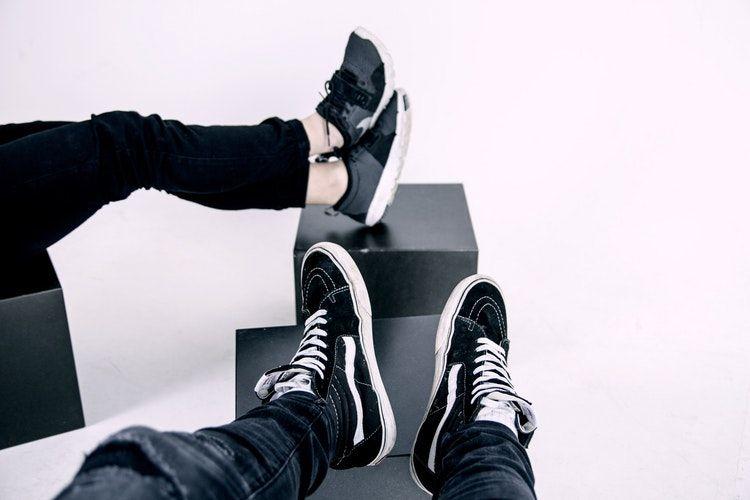 8. Mengikat tali sepatu kamu saat kamu tidak bisa