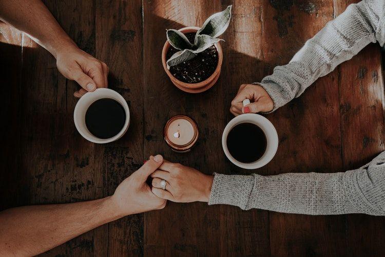 6. Sesekali menggenggam tangan kamu saat bicara meja makan