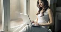 5. Memakai laptop pangkuan