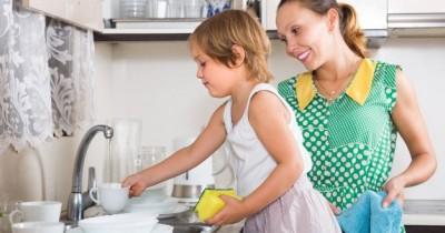 Bagaimana Cara Mengajarkan si Kecil Agar Mau Menolong