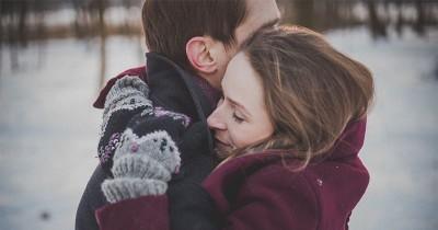 7 Cara Membantu Pasangan Sedang Berduka