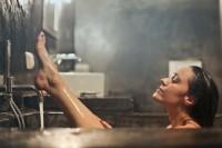 1. Isi bak mandi air hangat lalu berendam selama 5-10 menit